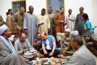 محافظ أسوان يشارك أهالى العطوانى في إدفو إفطار رمضان